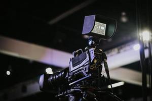 câmera de vídeo hitachi preta em tripé preto