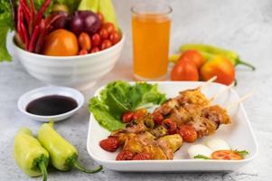 carne de churrasco com tomate e pimentão foto