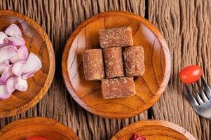 açúcar de palma e cebola roxa em um prato de madeira