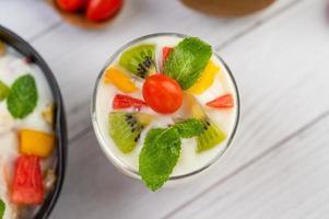 fruta fresca e iogurte foto