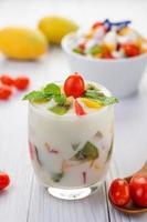 Smoothie de iogurte de frutas em copo transparente