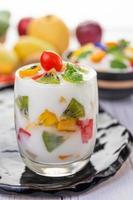 Smoothie de iogurte de frutas em copo transparente foto