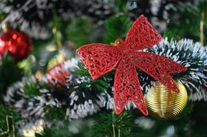 close-up de um laço vermelho em uma árvore de natal foto