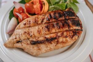 bife de frango com legumes foto