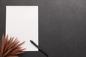 papel em branco e caneta na mesa