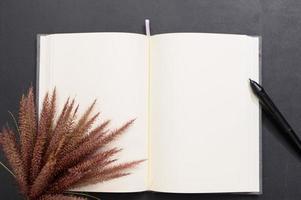 caderno em branco na mesa