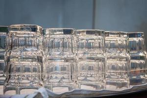 copos vazios em uma cafeteria