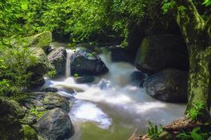 cachoeira nang rong na tailândia