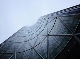 fotografia de baixo ângulo de edifício cinza