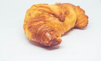 croissant em um fundo branco foto