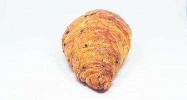 pão de croissant em fundo branco foto
