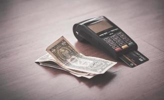 cartão de crédito com dinheiro foto