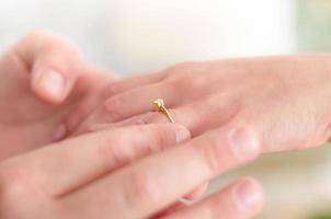 colocando um anel de noivado em seu dedo