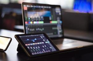 executando som com um ipad e laptop