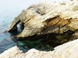 caverna no oceano foto
