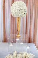 peça central de flor branca