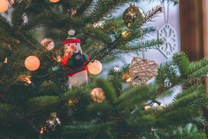 decoração de boneco de neve em uma árvore de natal