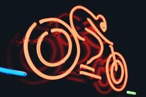 close-up de uma placa de neon de bicicleta