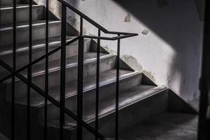 escada de concreto de incêndio de emergência. escadas de concreto com luz solar. ideia de conceito de saída de fuga foto