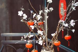 flores brancas e lanternas chinesas