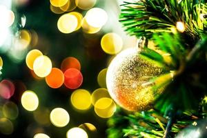 luzes coloridas de bokeh e decoração de natal foto