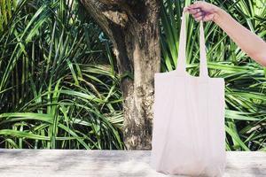 pessoa segurando uma maquete de bolsa