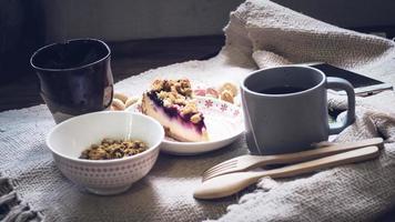 refeição matinal saudável. iogurte grego, cereais e kiwis em um copo. pequeno-almoço saudável e alimentação dietética. câmera meaal perda de peso foto