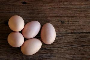 ovos de galinha em fundo de madeira. vista do topo. foto