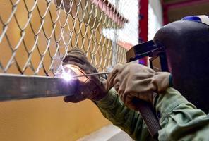 soldando a malha de arame de aço à viga de aço