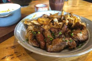 arroz de porco grelhado na tigela de comida japonesa. foto