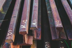 trilhos de aço empilhados ao lado dos trilhos foto