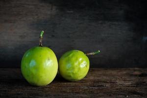 maracujá em fundo de madeira, fruta saudável foto
