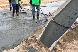 trabalhadores alisando cimento