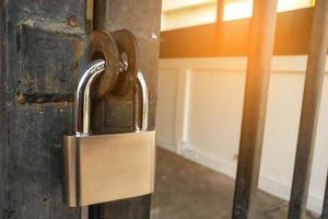 fechadura de aço inoxidável da porta mestra e chave mestra na porta da frente foto
