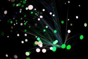 luz colorida do círculo do bokeh comemorar à noite, desfocar o fundo verde abstrato claro.