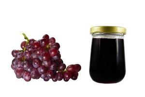 geléia de uva isolada no fundo branco. cacho de uvas.