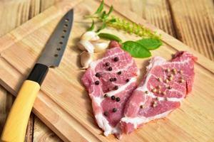 carne fatiada com pimenta preta e branca foto