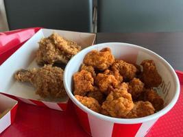 balde com frango frito dentro foto