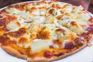 apetitosa pizza de gengibre cozinha italiana. vista do topo. close up verticalmente. foto