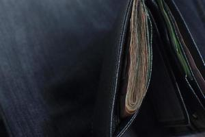 close-up de uma carteira preta foto