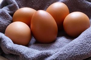 close-up de ovos marrons em um pano foto