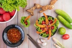 camarão frito na massa na salada foto