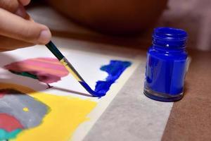 pintando com tinta azul