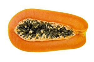 metade da fruta madura do mamão e sementes foto