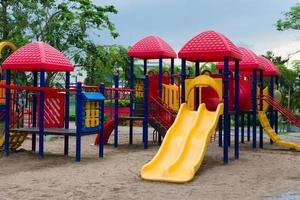 playground ao ar livre em um parque