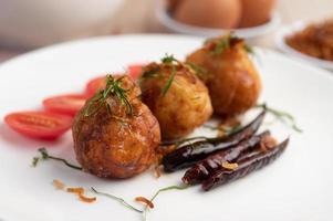 ovos cozidos fritos com molho de tamarindo