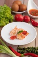 um simples prato de camarão foto