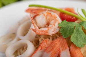 macarrão instantâneo frito com camarão e caranguejo