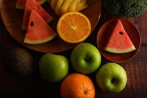 melancia colorida, abacaxi, laranja com abacate e maçãs