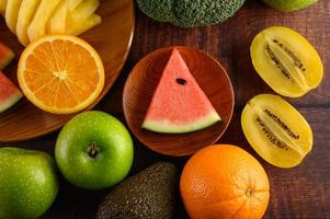 melancia colorida, abacaxi, laranja com abacate e maçãs foto